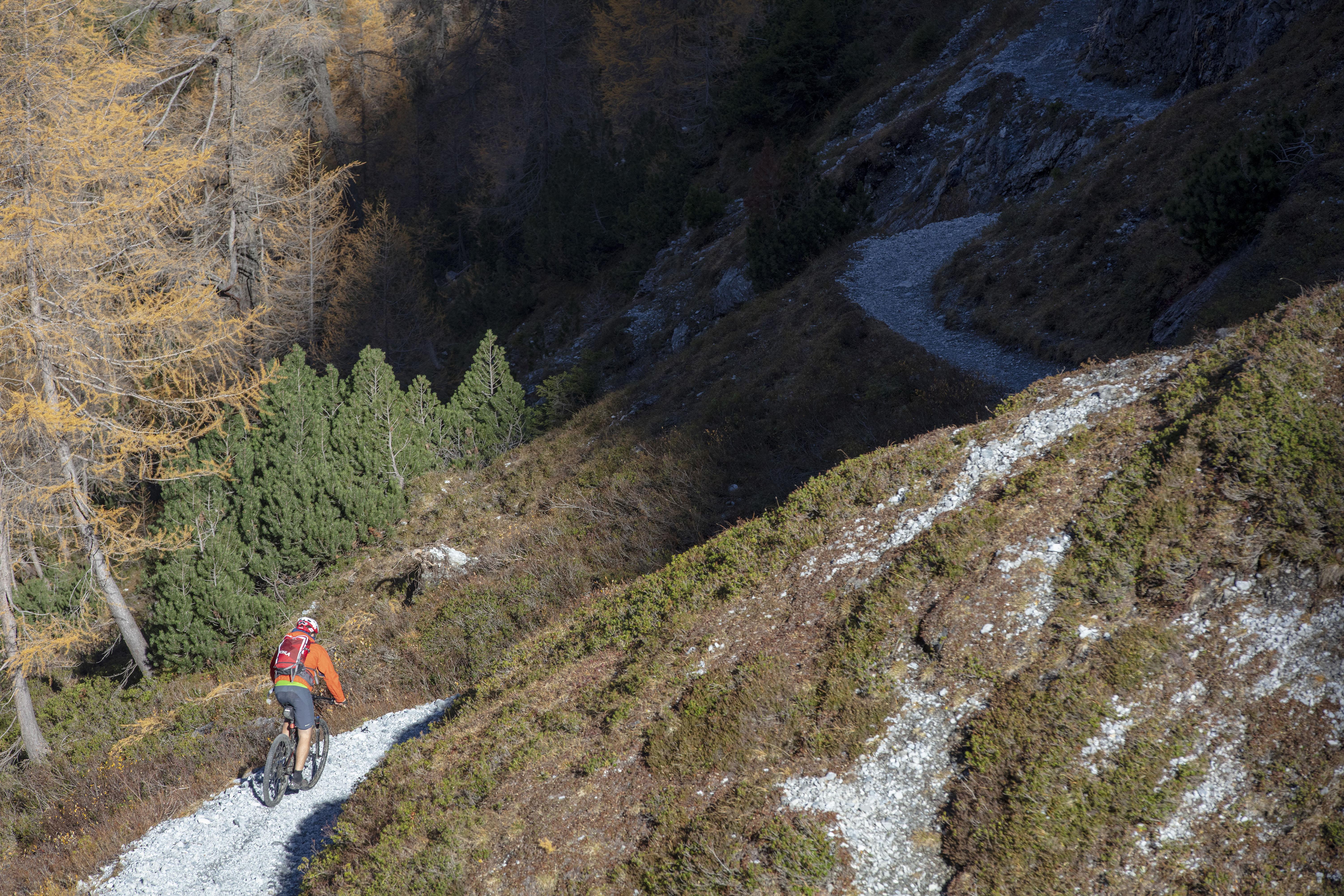 Biker in der Schlucht, Val d'Uina, Graubünden, Schweiz